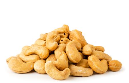 Tas de noix de cajou frites sur fond blanc. Isolé