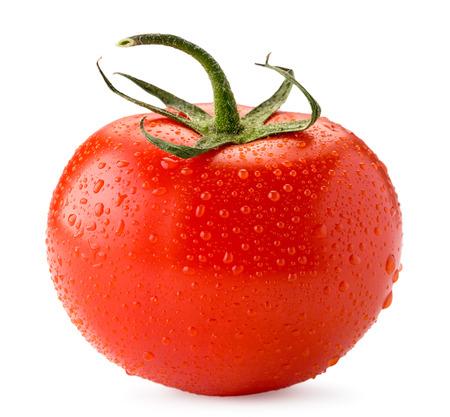 Tomate maduro en gotas de agua de cerca sobre un blanco. Aislado. Foto de archivo