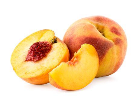 Reifer Pfirsich, Hälfte und Stück nah oben auf einem Weiß. Isoliert