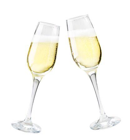 Due bicchieri di champagne su uno sfondo bianco. Isolato