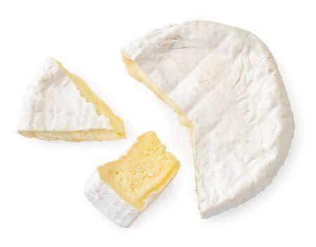 Käse mit weißem Schimmel und zwei Stücken auf weißem Hintergrund. Der Blick nach oben.