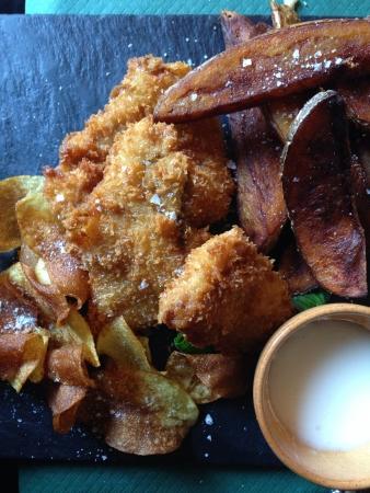 restaurante italiano: Pescado y patatas fritas en un restaurante italiano Foto de archivo