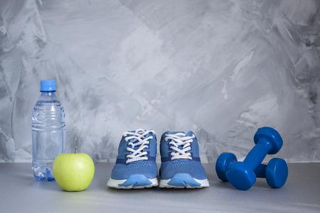 Flache Lagen Sportschuhe, Flasche Wasser Und Hanteln Auf