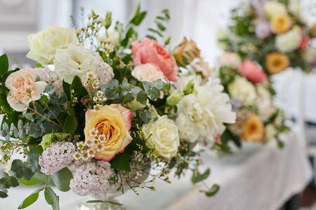 Blumendekoration für Hochzeitstafel des Brautpaares