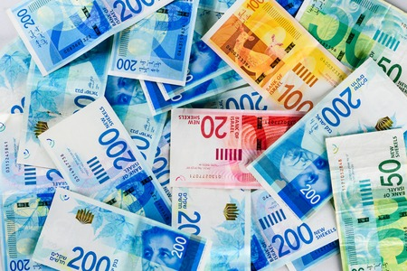Stapel von NIS - Neue israelische Schekel-Banknoten mit den neuen 200, 100, 20, 50 Schekel. Hintergrundbild von Schekel-Scheine - Ansicht von oben. Politik und Geld des israelischen Hintergrunds.