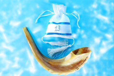 Corne de Shofar et un sac cadeau pour bar mitsva. Carte de voeux. Invitation à une fête. Un garçon juif devient automatiquement Bar Mitzvah à l'âge de 13 ans. Vue de dessus.