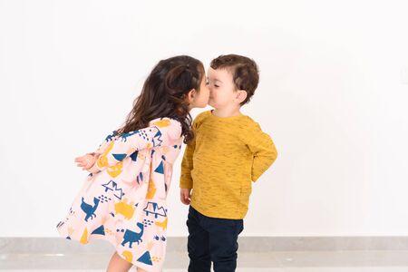 Día de San Valentín. Besar a un niño y una niña.