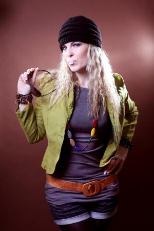 puta: moda joven mujer con la goma de mascar