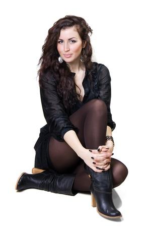 tacones negros: mujer ni�a en un vestido y botas de color marr�n aislado en un fondo blanco