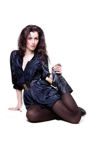 pies sexis: mujer ni�a en un vestido y botas de color marr�n aislado en un fondo blanco