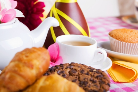t� de la tarde con galletas croissants, pasteles y chocolate photo
