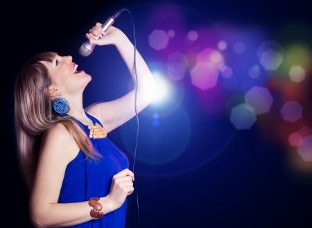 gente cantando: cantar chica guapa en la fiesta de juerga