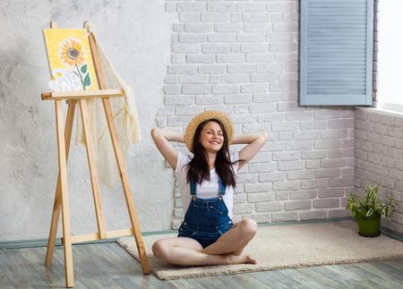 Kreativ werden Frau Künstler Malerei eine Sonnenblume zu Hause Standard-Bild - 82600593