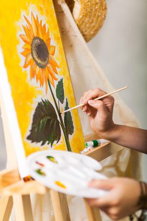 pincel pintando. mano del artista con pincel y paleta pintando una imagen girasol fotos, retratos, imágenes fotografía de archivo libres derecho. image 85210139.