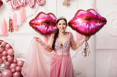 Girl in Tulle Dress with ballon Kiss and Lips. Baloon Pink heart Background. Celebrating Women's Day. March 8. Smiling Happy Surprised Woman with Baloons. Happy Emotions. Loves Pink Kisses Baloon. Stock fotó