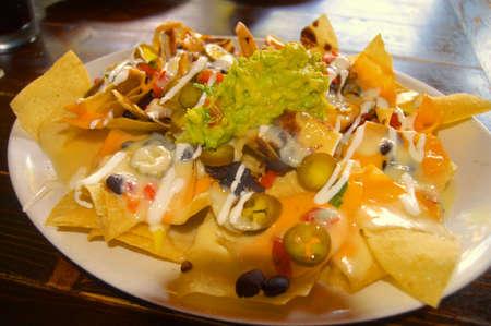 tortilla de maiz: machista nacho, un mont�n de chips de tortilla de ma�z m�s de frijoles fritos rematado con pico de gallo, mezcla de queso