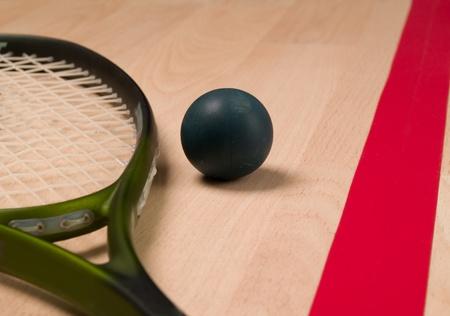 Raquette de squash et de ballon � c�t� une ligne rouge