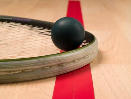 racket sport: Raqueta de calabaza y bal�n junto a una l�nea roja Foto de archivo