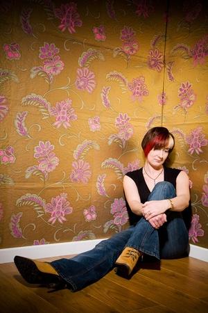 Assis sur le sol contemplant sur la vie de jeune fille Banque d'images