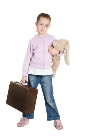 Jeune fille environ pour ex�cuter loin de la maison avec sa valise et les ours en peluche