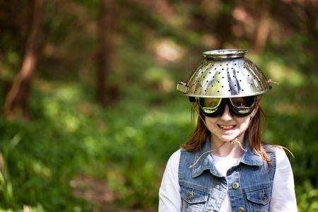 Jeune fille avec un casque de s�curit� passoire et lunettes