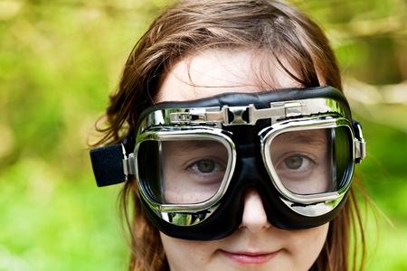 Jeune enfant portant des lunettes de big Banque d'images