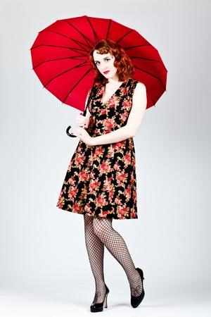 Vintage femme v�tue tenant un parapluie ouvert