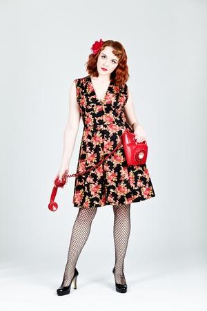 Vintage femme style tenant un t�l�phone rouge du Royaume-Uni