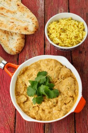 Curry de poulet indien avec PAINS DE RIZ et Naan Banque d'images
