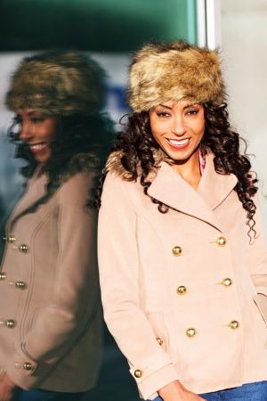 African American femme souriante dans le soleil d'hiver Banque d'images