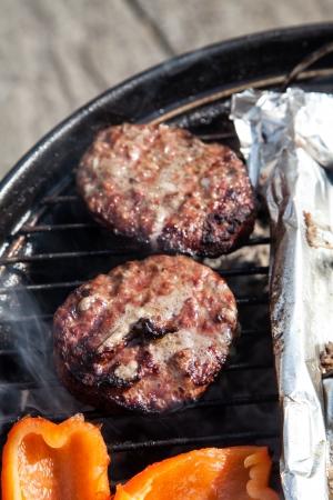 Burgers �tant cuits sur un barbecue Banque d'images