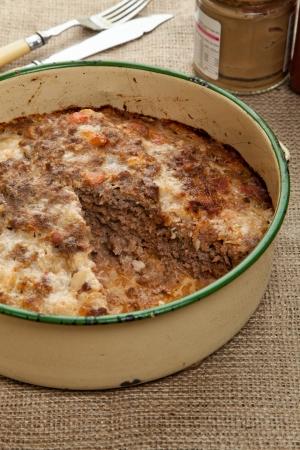 albondigas: Pastel de carne recién salido del horno en una lata círculo