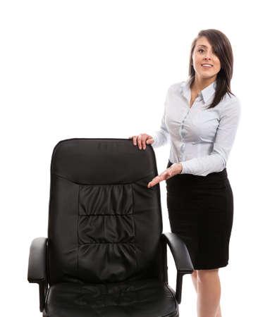 invitando: Atractivo ayudante invitando a sentarse