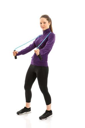 saltar la cuerda: Mujer joven alegre con cuerda de saltar