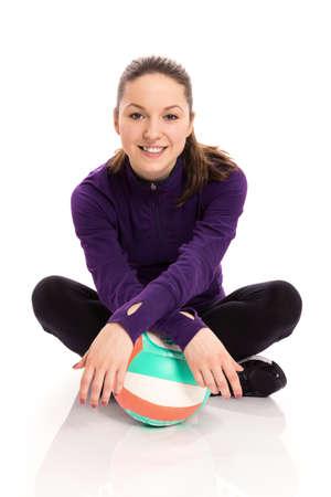 pelota de voley: Mujer sonriente con el voleibol Foto de archivo