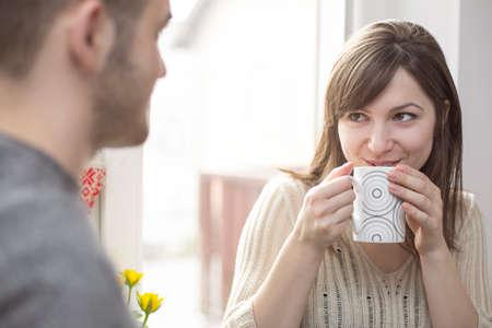 dos personas platicando: Mujer alegre que habla con el hombre