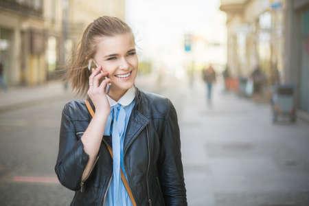 personas de pie: En el tel�fono en la ciudad en la puesta del sol