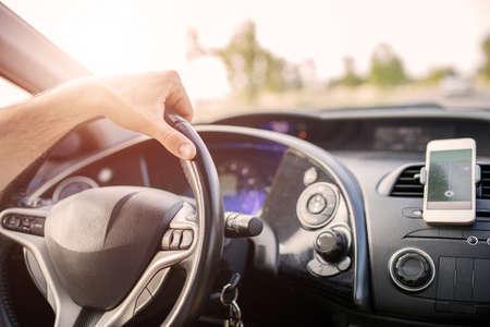 Primer plano de un salpicadero de un coche con la navegación en teléfonos inteligentes Foto de archivo