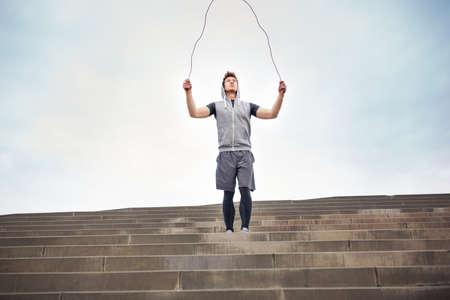 saltar la cuerda: Hombre con una cuerda para saltar