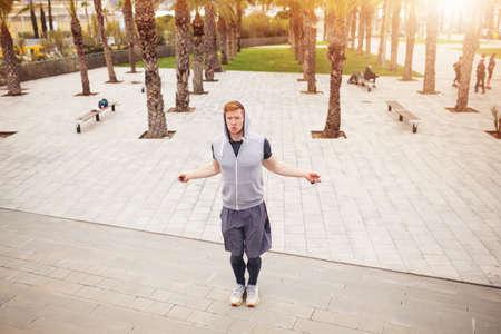 saltar la cuerda: El hombre que salta sobre la cuerda de saltar