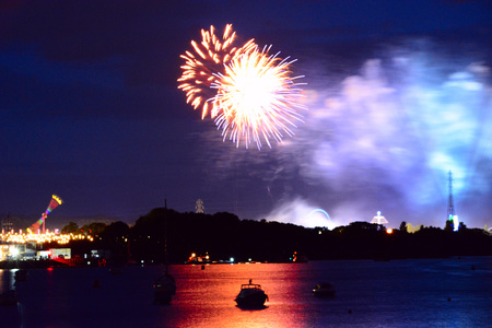 Fireworks reflecting from the river Medina at the Isle of Wight Festival. Foto de archivo