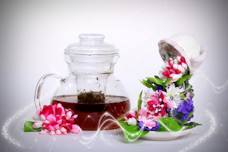 levitacion: flower  tea, liquid from mugs to change into flowers, the concept of a levitation cup with flowers Foto de archivo