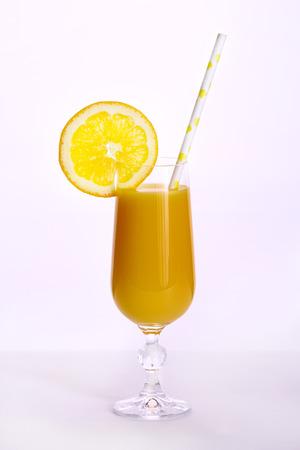 vaso de jugo: Zumo de naranja en un vaso aislado sobre fondo blanco Foto de archivo