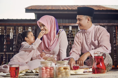 daddy long legs: Family eating together during Hari raya LANG_EVOIMAGES