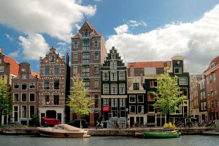 house gables: Canales de Amsterdam y casas t�picas con cielo claro de primavera