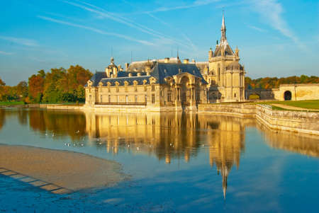 ch�teau m�di�val: Ch�teau m�di�val en France - Ch?teau de Chantilly.  Banque d'images