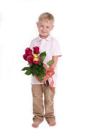 piedi nudi ragazzo: Carino ragazzo scalzo detiene un bouquet di rosa rosso