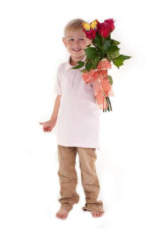 piedi nudi ragazzo: Carino ragazzo a piedi nudi con un mazzo di fiori rosa Archivio Fotografico