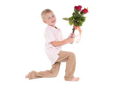 arrodillarse: Muchacho sonriente presentación de rosas rojas