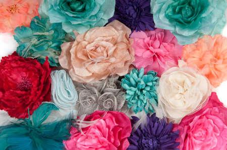 barrettes: Decorazione di variopinti fiori artificiali isolata on white (barrettes ragazza con fiori) Archivio Fotografico